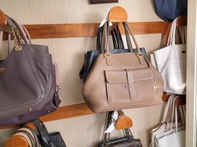 Крючки для сумок в гардеробе